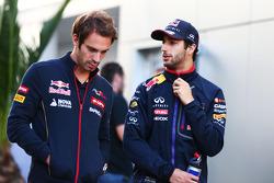 (Esquerda para direita): Jean-Eric Vergne, Scuderia Toro Rosso, com Daniel Ricciardo, Red Bull Racing