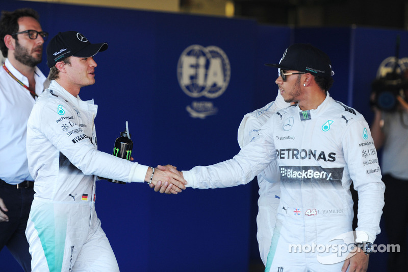 (L to R): second placed Nico Rosberg, Mercedes AMG F1 congratulates team mate and pole sitter Lewis