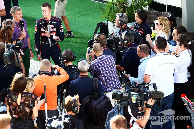 Daniil Kvyat, Scuderia Toro Rosso ve David Coulthard, Red Bull Racing ve Scuderia Toro Danışmanı / BBC Televizyon Yorumcusu padokta