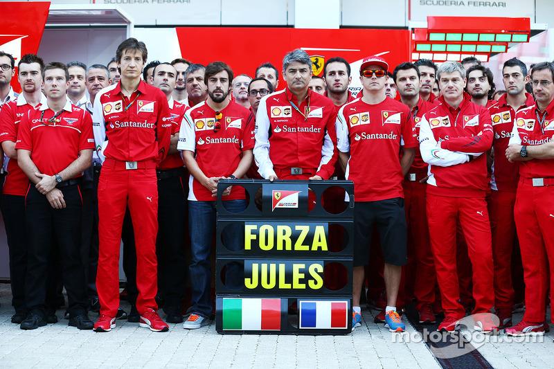 Massimo Rivola, Ferrari Sportif Direktörü; Fernando Alonso, Ferrari; Marco Mattiacci, Ferrari Takım Müdürü; Kimi Raikkonen, Ferrari ve Ferrari ekibi ve Marussia F1 Takımı Jules Bianchi'ye desteklerini gösteriyor