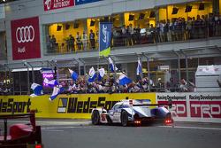#7 Toyota Racing Toyota TS040 Hybrid: Alexander Wurz, Stéphane Sarrazin, Kazuki Nakajima : Drapeau à damier