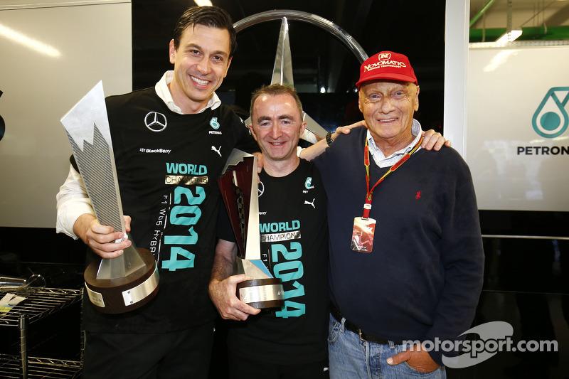 Toto Wolff, Paddy Lowe y Niki Lauda celebran el Campeonato de constructores de 2014