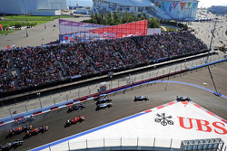Nico Rosberg, Mercedes AMG F1 W05 davanti al vincitore della gara Lewis Hamilton, Mercedes AMG F1 W05 alla partenza