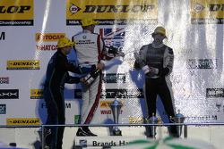 Round 30 festeggiamenti sul podio con Gordon Shedden, Mat Jackson e Jack Clarke