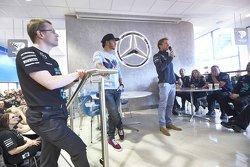 Lewis Hamilton et Nico Rosberg discutent avec le personnel de l'usine