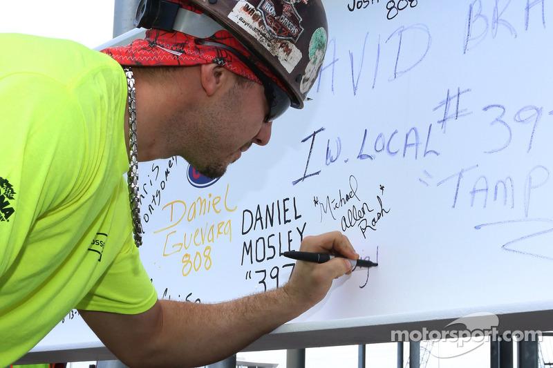 İşçiler tarafından imzalanan en uzun kiriş yerine çekiliyor