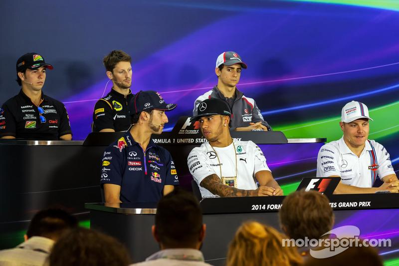 Daniel Ricciardo, Red Bull Racing; Lewis Hamilton, Mercedes AMG F1 y Valtteri Bottas, Williams en la conferencia de prensa de la FIA