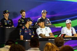 (Da sinistra a destra): Daniel Ricciardo, Red Bull Racing; Lewis Hamilton, Mercedes AMG F1; e Valtteri Bottas, Williams alla conferenza stampa FIA