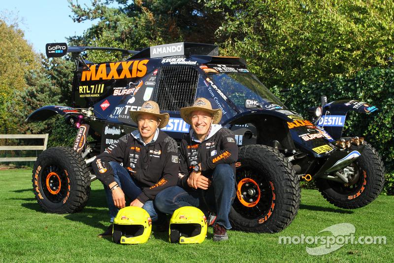 Tom Coronel y su hermano Tim Coronel con el buggy del equipo Maxxis Dakar