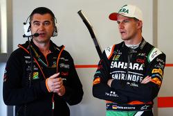 (Esquerda para direita): Bradley Joyce, engenheiro de corridas da Sahara Force India F1 com Nico Hulkenberg, Sahara Force India F1