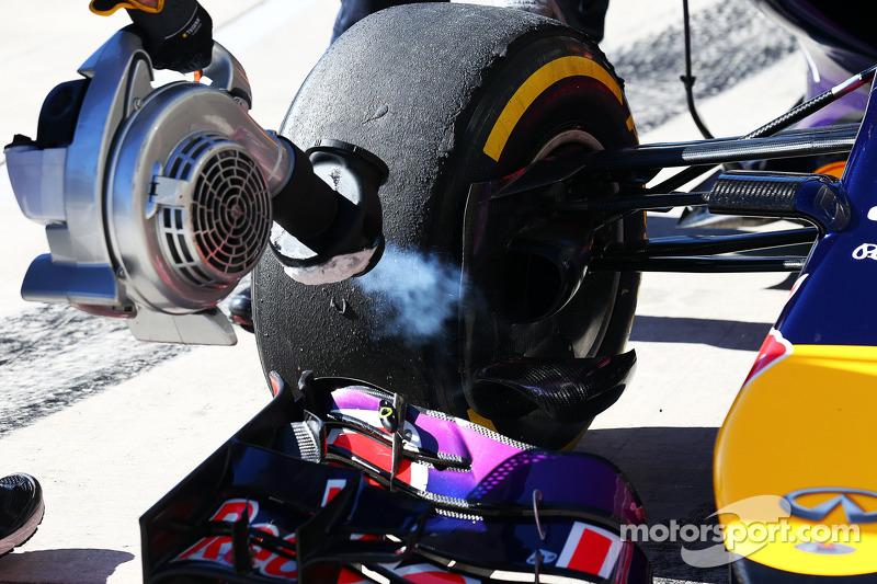 Sebastian Vettel, Red Bull Racing RB10 - enfriamento de frenos por un mecánico