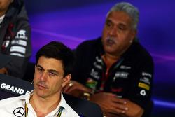 Toto Wolff, Mercedes AMG F1 accionista y Director ejecutivo en la rueda de prensa de la FIA