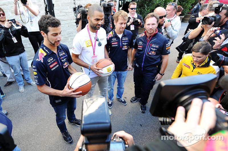 (I a D): Daniel Ricciardo, Red Bull Racing con Tony Parker, jugador de la NBA; Sebastian Vettel, Red