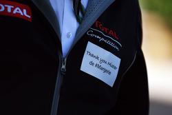 Funcionário homenageia Christophe de Margerie, CEO da Total Oil, que morrera recentemente em acidente de avião