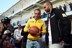 (Esquerda para direita): Cyril Abiteboul, diretor da Renault Sport F1 com Tony Parker, jogador da NBA
