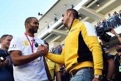 (Esquerda para direita): Tony Parker, jogador da NBA, com Cyril Abiteboul, diretor da Renault Sport F1
