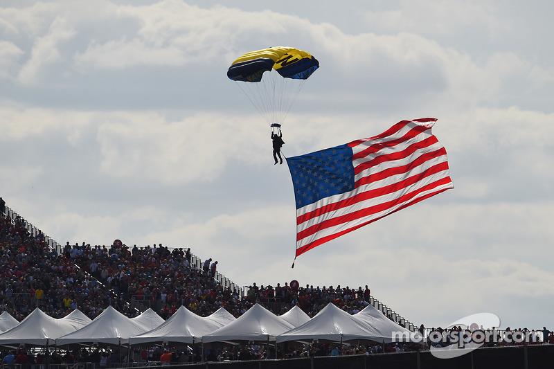 Paracadutista con la bandiera americana