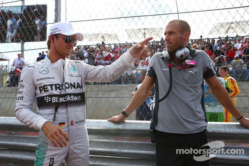 (L to R): Nico Rosberg, Mercedes AMG F1 W05 Peter Windsor, Journalist Daniel Schloesser, Mercedes AMG F1 Physio on the grid