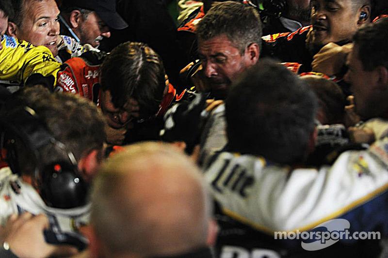 Jeff Gordon ve Brad Keselwoski yarıştan sonra kavga ediyor