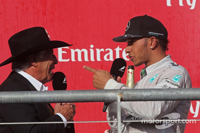 Lewis Hamilton, Mercedes AMG F1 pide una gorra a Mario Andretti, Embajador deicial del Circuit de de
