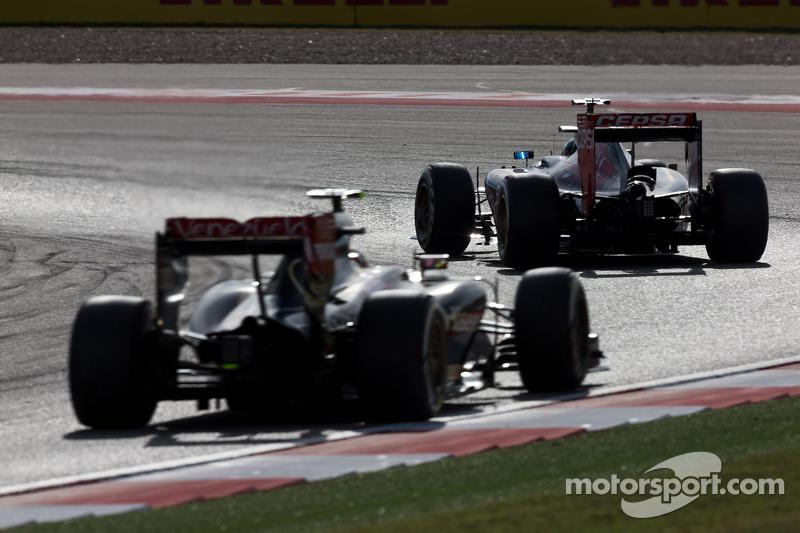 Jean-Eric Vergne, Scuderia Toro Rosso STR9 davanti a Romain Grosjean, Lotus F1 E22