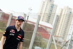 Max Verstappen, Scuderia Toro Rosso Test Driver cammina lungo il circuito