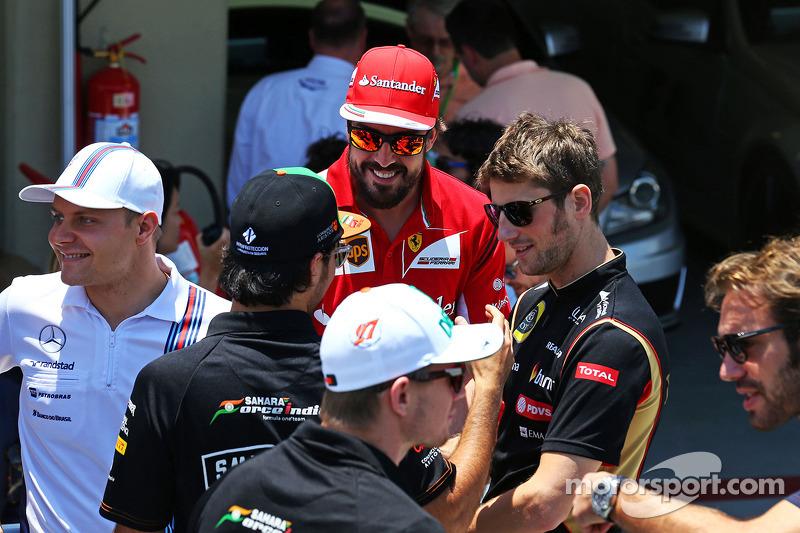 Fernando Alonso, Ferrari ve Sergio Perez, Sahara Force India F1 ve Romain Grosjean, Lotus F1 Takımı pilot geçiş töreninde