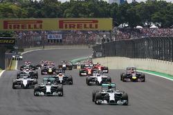 Nico Rosberg, Mercedes AMG F1 W05 lidera a  en la salida de la autorera