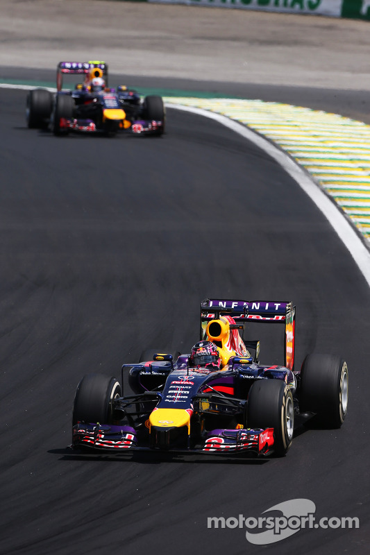 Daniel Ricciardo, Red Bull Racing RB10 lidera Sebastian Vettel, Red Bull Racing RB10