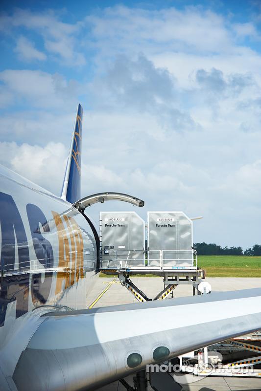 L'équipement Porsche chargé dans l'avion cargo