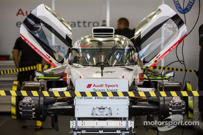 #1 Audi Sport Team Joest Audi R18 E-Tron Quattro sendo consertado antes do primeiro treino livre