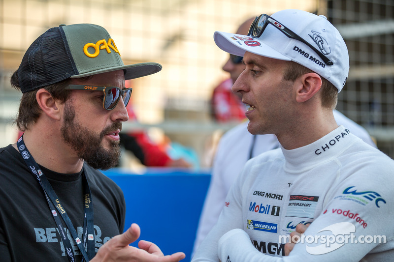 Fernando Alonso talking to Timo Bernhard on the grid