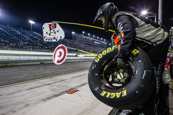 Crew members for Kyle Larson ready for a pit stop
