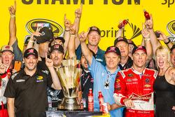 Sieger und 2014 NASCAR Sprint Cup Series Champion Kevin Harvick, Stewart-Haas Racing Chevrolet mit Tony Stewart, DeLana Harvick und Gene Haas
