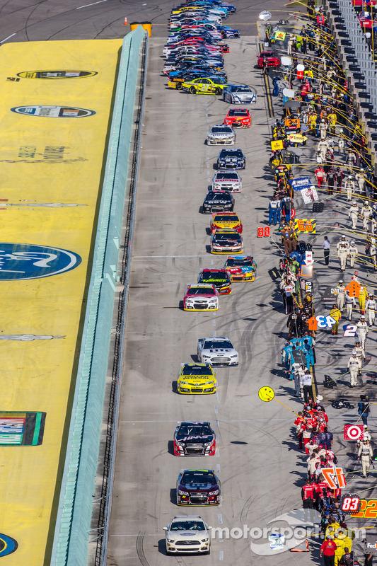 Jeff Gordon, Hendrick Motorsports Chevrolet lidera al grupo hace el calentamiento