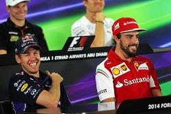 (从左至右): 塞巴斯蒂安·维特尔, 红牛车队 与 费尔南多·阿隆索, 法拉利 出席FIA新闻发布会