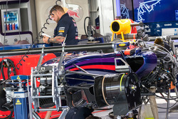 El Red Bull Racing RB10 es preparado en los pits
