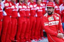 Fernando Alonso, Ferrari, tijdens een teamfoto