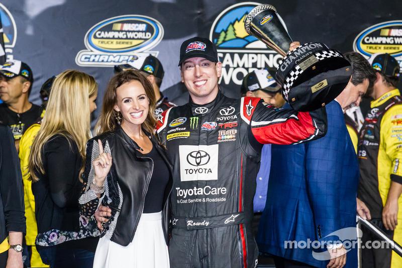 Línea de la victoria: NASCAR Camping World Truck Series 2014, Kyle Busch, dueño del equipo campeón, con su esposa Samantha