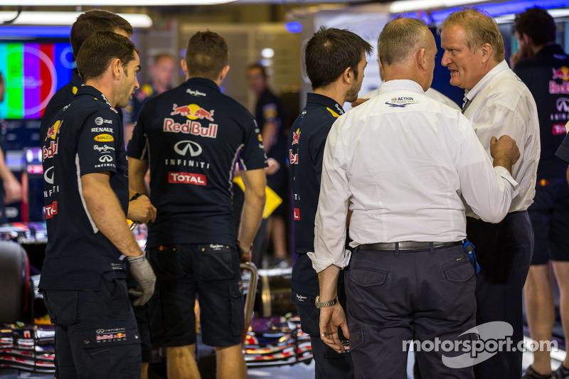 La Red Bull Racing RB10 di Sebastian Vettel, Red Bull Racing è controllato da Jo Bauer, delegato FIA