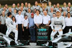 (Da sinistra a destra): Lewis Hamilton, Mercedes AMG F1  e il compagno di squadra Nico Rosberg, Mercedes AMG F1 in una foto di gruppo