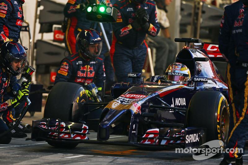 Jean-Eric Vergne, Scuderia Toro Rosso STR9 fa un pit stop