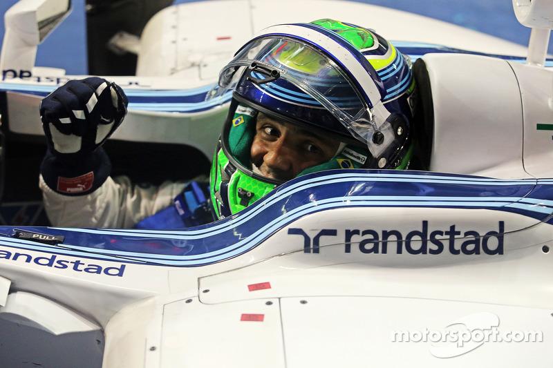 Felipe Massa, Williams FW36 kapalı parkta ikinci sıra için kutlama yapıyor