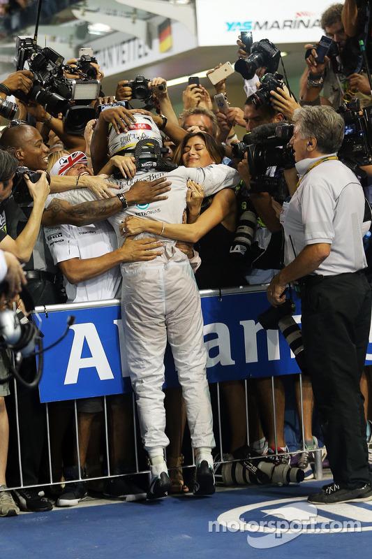 El ganador y campeón del mundo Lewis Hamilton, Mercedes AMG F1 W05 celebra en parc ferme con su her