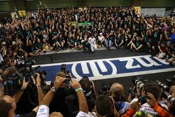 F1世界冠军路易斯·汉米尔顿驾驶梅赛德斯AMG F1 W05赛车获得第一名,汉密尔顿的女朋友妮可·舒辛格与驾驶W05赛车的尼科·罗斯伯格