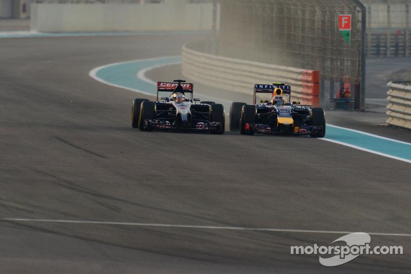 Jean-Eric Vergne, Scuderia Toro Rosso STR9 e Daniel Ricciardo, Red Bull Racing RB10 lottano per la posizione