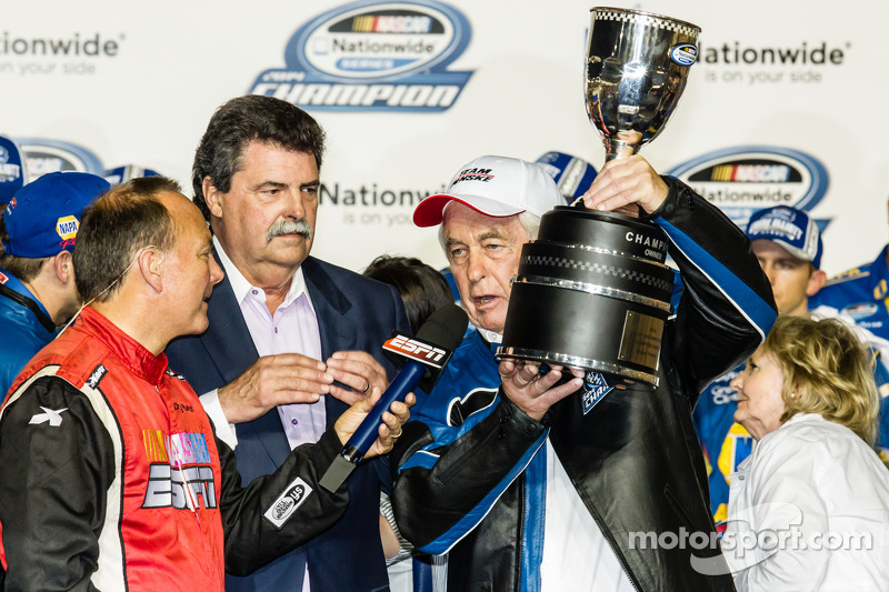 Línea de la victoria: NASCAR Nationwide Series 2014, Roger Penske con Mike Helton, presidente de NAS