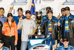 Línea de la victoria: NASCAR Nationwide Series 2014, Chase Elliott celebra su campeonato con Dale Earnhardt Jr.