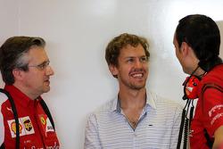 Pat Fry, Scuderia Ferrari, technisch directeur, en Sebastian Vettel