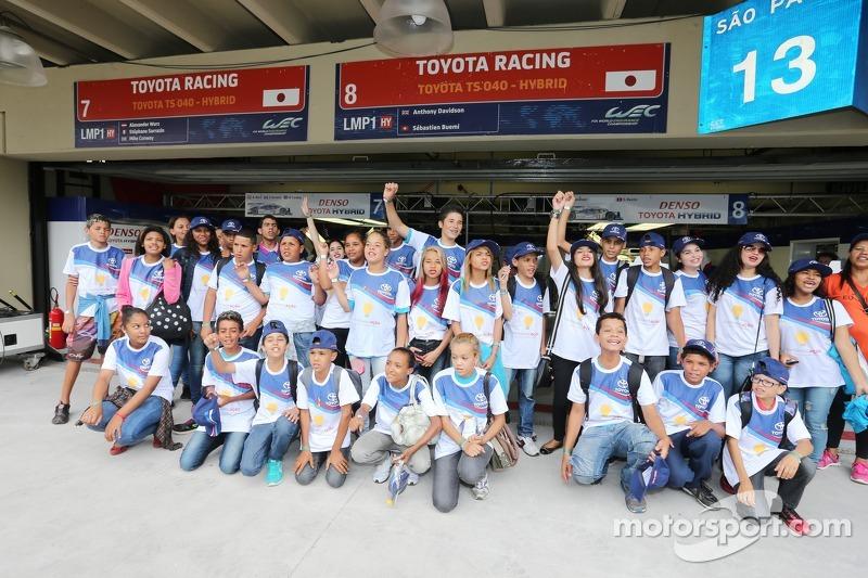 Бразильські діти відвідують команду Toyota